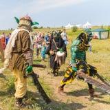 Povos nos trajes de criaturas terríveis festival Ethno-histórico com a reconstrução da batalha de Timur 1391 e de Tokh imagens de stock royalty free