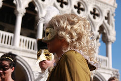 Povos nos trajes e máscaras no carnaval de Veneza em Itália Imagens de Stock Royalty Free