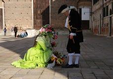 Povos nos trajes no carnaval em Veneza, Itália Imagem de Stock
