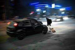 Povos ocupados da rua da cidade no cruzamento de zebra na noite Situação perigosa fotos de stock royalty free