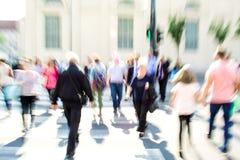 Povos ocupados da rua da cidade no cruzamento de zebra Foto de Stock Royalty Free