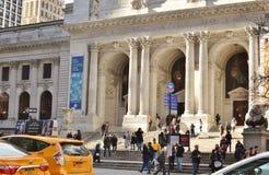 Povos ocupados das ruas de Manhattan que andam em táxis de táxi amarelos de New York do tráfego da rua de NYC fotografia de stock royalty free