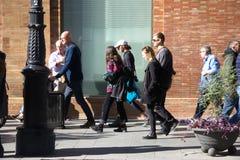 Povos ocupados que andam nas ruas de Sevilha 40 Imagem de Stock