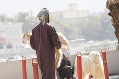 Povos omanenses em um mercado tradicional da cabra Imagem de Stock