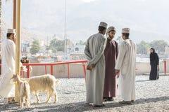 Povos omanenses em um mercado tradicional da cabra Imagens de Stock
