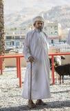 Povos omanenses em um mercado tradicional da cabra Fotos de Stock