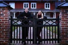 Povos: Pares na frente de sua casa foto de stock royalty free