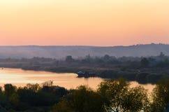 Povos pequenos da balsa do rio do por do sol Fotos de Stock Royalty Free