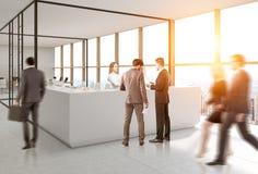 Povos perto da recepção, escritório aberto do vidro Imagem de Stock