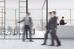 Povos perto da sala de conferências da parede de vidro, recepção Imagens de Stock Royalty Free