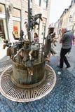Povos perto de Puppenbrunnen na cidade de Aix-la-Chapelle Imagem de Stock