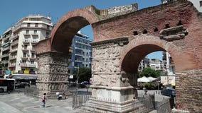 Povos perto do arco antigo de Galerius em Tessalónica, Grécia filme