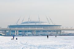 Povos perto do estádio da arena de Zenit StPetersburg Rússia Imagem de Stock
