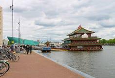 Povos perto do palácio chinês do mar do restaurante em Amsterdão Foto de Stock