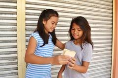 Povos pobres de ajuda Foto de Stock Royalty Free