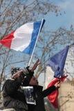 Povos pretos e árabes que acenam a bandeira francesa em Paris Fotografia de Stock
