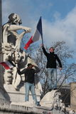 Povos pretos e árabes que acenam a bandeira francesa em Paris Imagens de Stock