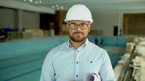 Povos profissionais no trabalho, retrato do arquiteto feliz e seguro com o capacete de segurança no canteiro de obras, sorrindo vídeos de arquivo