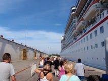 Povos que alinham para embarcar Cruiseship fotografia de stock