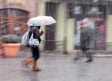 Povos que andam abaixo da rua em um dia de inverno nevado Imagens de Stock Royalty Free