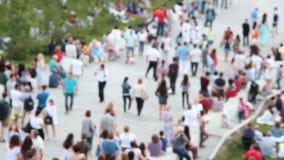 Povos que andam abaixo das escadas Dia de verão, dia ensolarado Fundo obscuro da multidão vídeos de arquivo