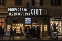Povos que andam abaixo de uma rua na noite em Roma, Itália fotos de stock royalty free