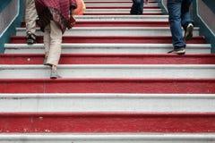 Povos que andam acima das escadas contrasty do clolor no templo hindu murugan Fotografia de Stock