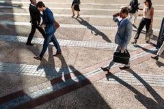Povos que andam ao escritório na manhã em uma rua movimentada imagem de stock royalty free