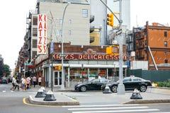 Povos que andam ao lado do restaurante de Katz Delicatessen em New York City fotografia de stock royalty free