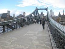 Povos que andam ao longo 'do Eiserner Steg 'que significa a ponte do ferro na cidade de Francoforte imagens de stock