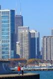 Povos que andam ao longo da linha costeira de Chicago Imagem de Stock Royalty Free