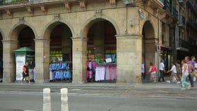 Povos que andam após o mercado local, vendedores ambulantes que vendem lembranças aos turistas vídeos de arquivo