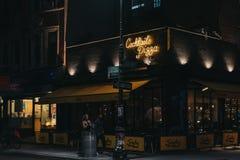 Povos que andam após o restaurante no Lower East Side, New York de Serafina Cocktails e da pizza, EUA fotos de stock royalty free
