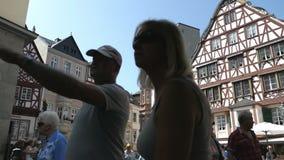 Povos que andam através da cidade de Bernkastel-Kues com suas casas metade-suportadas históricas Alemanha Adultos novos vídeos de arquivo