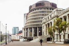 Povos que andam através das terras do parlamento, Wellington, Nova Zelândia fotos de stock royalty free