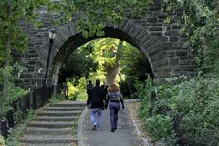 Povos que andam através do parque de Tryon do forte em Manhattan fotos de stock royalty free