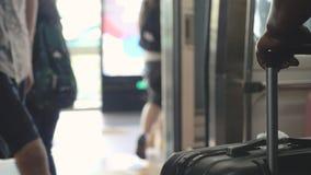Povos que andam de uma opinião do metro na mala de viagem em um primeiro plano As portas abrem imagem de stock royalty free