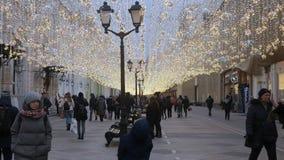 Povos que andam decorado sobre antes do Natal no centro de Moscou filme
