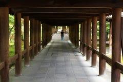 Povos que andam dentro do túnel de madeira no complexo de Tofukuji em K imagem de stock