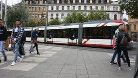 Povos que andam e ônibus da espera bonde e na estação do altstadt de Heidelberg vídeos de arquivo