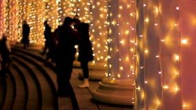 Povos que andam em escadas da sala de concertos brilhantemente iluminada que espera o desempenho filme