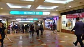 Povos que andam em Lotte Mart em Seoul, Coreia video estoque