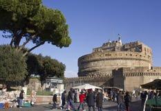 Povos que andam em Lungotevere Castello Fotografia de Stock Royalty Free