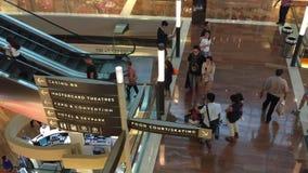 Povos que andam em Marina Bay Shopping Mall em Singapura filme
