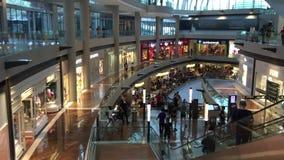 Povos que andam em Marina Bay Shopping Mall em Singapura video estoque