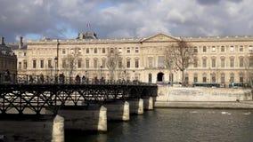Povos que andam em Pont des Arts - Paris, França vídeos de arquivo