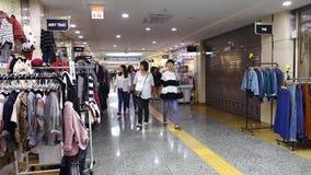 Povos que andam em Ravit Shopping Mall em Seoul, Coreia filme