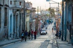 Povos que andam em Santiago de Cuba Imagem de Stock