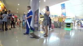 Povos que andam em tendas internas modernas do shopping Seguindo o tiro filme