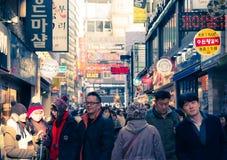 Povos que andam em torno de Myeongdong Foto de Stock